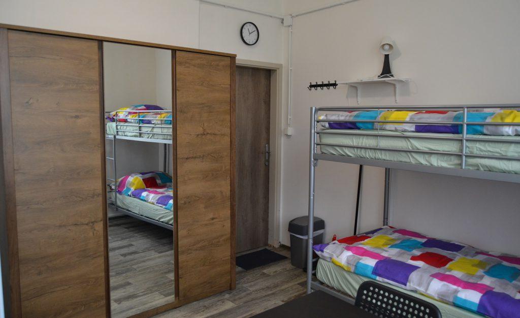 Pěkné a útulné postele na ubytovně