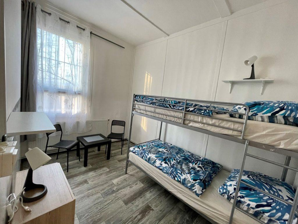 Dvoupatrové postele na naší ubytovně v Brně